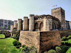 The Aljafería Palace, Zaragoza, Spain Castle Ruins, Medieval Castle, Beautiful Castles, Beautiful Buildings, Places In Spain, Places To See, Photo Chateau, Castle Parts, Castle Pictures