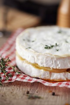 Une petitidée de recette avec ce camembert farcide lamelles de poires pochées et d'un peu de sirop d'érable. Proposez ce fromage au moment de la salade.