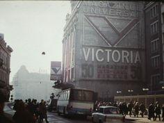 Via București Magazinul Universal Victoria, fostele Galerii Lafayette, fotografiat de un american in anii '80. sursa imaginii: Muzeul de Fotografie, http://www.muzeuldefotografie.ro/