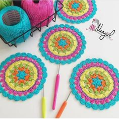 No photo description available. Crochet Diy, Crochet Baby Hats, Crochet Coaster, Baby Knitting Patterns, Crochet Mandala Pattern, Crochet Patterns, Crochet Curtains, Beautiful Crochet, Crochet Projects