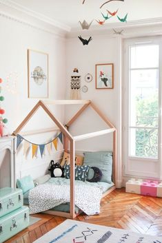 Ideas and tips to implement a Montessori bedroom for your baby or toddler. What are the main Montessori principles to set up a Montessori bedroom ? Montessori principles are primarily centered on the needs of the child, including his desire to … Big Girl Rooms, Boy Room, Baby Bedroom, Kids Bedroom, Small Childrens Bedroom Ideas, Unisex Bedroom Kids, Bedroom Club, Montessori Bedroom, Toddler Rooms