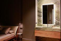 Hay pequeños detalles que son el centro de todas las miradas. Integrar el lavabo en la habitación puede ser definitivamente el toque si se consigue el efecto WOW como lo hace la piedra Irish Green en este caso. Lavabo de piedra | Baño de piedra | Piedra natural | Interiorismo | Dormitorio piedra | Marmo verde