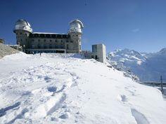 Hospede-se nas alturas com estes fantásticos hotéis de montanha 3100 KULMHOTEL GORNERGRAT, ZERMATT, SUÍÇA O 3100 Kulmhotel Gornergrat, em Zermatt, Suíça, é o mais alto hotel dos Alpes a 3.048 metros acima do nível do mar. Foi construído em 1896 e além de hóspedes recebe também um observatório. Do hote cientistas italianos e alemães observam o Espaço por telescópios. De lá ainda se observa o monte Matterhorn. Quartos a partir de US$ 221 (R$ 575) por noite
