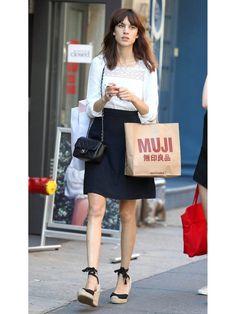 Alexa shoped at MUJI(無印良品、japanese life-style brand) 【ELLE】アレクサ・チャンの最新スタイルはパリシック|エル・オンライン