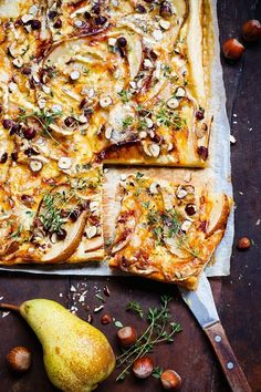 Pear Gorgonzola tart with nuts and thyme - Pizza / Tarte / Quiche - Pizza Recipes, Veggie Recipes, Snack Recipes, Cupcake Recipes, Pear Tart, Artisan Pizza, Healthy Snacks, Healthy Recipes, Savoury Baking