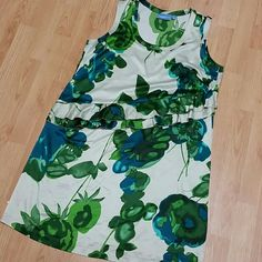 Simply Vera Wang Silky Floral dress. Very soft and comfortable, pretty floral pattern. Sleeveless with a figure flattering ruffle. Simply Vera Vera Wang Dresses Midi
