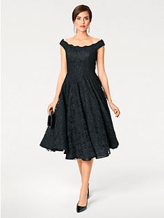 Petite robe noire parfaite en soirée avec son jupon et sa dentelle pour un  effet très raffiné cocktail soirée