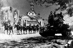 Советские войска в освобожденном Новороссийске.-Soviet troops liberated Novorossiysk.