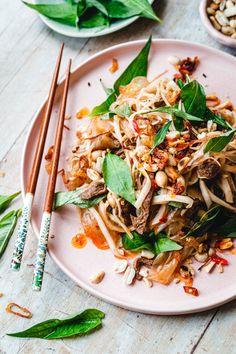 Knackiges Reispapier, Kohlrabi, knusprige Toppings und ein unverschämt süß-saures Dressing. Das ist unser vietnamesischer Reispapiersalat.