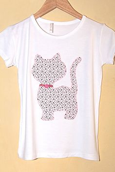 Camiseta personalizada gatinha Applique Templates, Baby Girl Shirts, Shirts For Girls, T Shirt Diy, Tee Shirts, Cat Dresses, Shirt Embroidery, Personalized T Shirts, Sewing Hacks