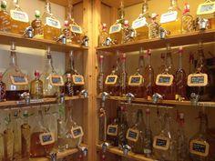 In der Destille am Hamburger Rathausmarkt gibt es diverse alkholische Getränke aber auch eine ganze Reihe von Öl- und Essigsorten, die in großen Behältern zum Selberabfüllen verkauft werden. Uns wurde  versichert, dass dort auch in mitgebrachte Gefäße abgefüllt wird, es sollte nur das Volumen auf der Flasche vermerkt sein (z.B. 0,5 oder 1 Liter).