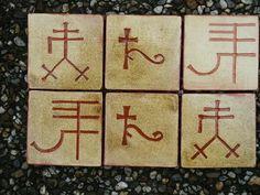 Bij deze sgrafittotegeltjes heb ik gebruik gemaakt van oude symbolen van allerlei grondstoffen. De betekenissen staan op de achterkant van de tegeltjes. Het is heel leuk om dit soort tegels zelf te maken. Dat kan in Oosterbeek (zie website)