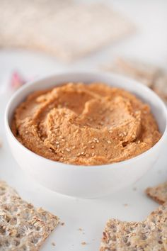 This lentil dip is so tasty and really smooth. Eat it with some crudités, bread or tortilla chips or use it to make delicious sandwiches or toasts. Pesto, Raw Food Recipes, Vegetarian Recipes, Cooking Recipes, Simple Recipes, Lentil Dip Recipe, Dips, Healthy Vegan Snacks, Delicious Sandwiches