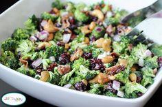 En salade  Une salade rafraîchissante faite de brocoli cru, de raisins secs (ou canneberges), de noix de cajou, d'un demi-oignon rouge, du bacon et de mayonnaise assaisonnée avec un peu de sucre et deux cuillerées de vinaigre de vin blanc.