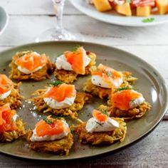 Rösti with Smoked Salmon. These delightful Röstis with Smoked Salmon & cream cheese are the perfect slightly indulgent Festive Canapés. Seafood Recipes, Appetizer Recipes, Cooking Recipes, Healthy Recipes, Smoked Salmon Cream Cheese, Brunch, Paleo, Appetisers, Canapes