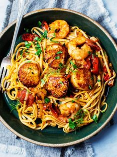 Seafood Soup Recipes, Linguine Recipes, Spicy Recipes, Grilling Recipes, Fish Recipes, Pasta Recipes, Scallop And Shrimp Pasta, Scallop Linguine, Shrimp And Scallop Recipes
