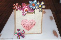 Bolsas pintadas y flores con reciclado. Daxalma.