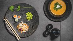 Geniet optimaal van uw maaltijd met een prachtig Cosy & Trendy dinerbord uit de Candy Black collectie van Cookinglife! Met een doorsnede van 26.8 centimeter is dit bord uitstekend geschikt voor uw hoofdgerecht. Met een stijlvolle zwarte kleur en een prachtig reliëf heeft het servies een strakke uitstraling. Het servies is vervaardigd uit porselein en is zowel vaatwasser- als magnetronbestendig.