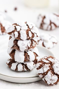 These Chocolate Crinkle Cookies are a holiday favorite. These thick and chewy cookies have a soft chewy center with a sweet cracked edge. Chocolate Peppermint Cookies, Chocolate Crinkle Cookies, Chocolate Crinkles, Mint Chocolate, Easter Cookies, Christmas Cookies, Grinch Cookies, Christmas Foods, Christmas Treats