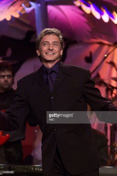 THE TONIGHT SHOW WITH JAY LENO -- Episode 1833 - Musical guest Barry Manilow performs on May 9, 2000