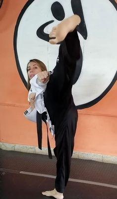 Female Martial Artists, Martial Arts Women, Female Art, Ballbusting Kick, Karate Girl, Art Women, Barefoot, Madness, Kicks