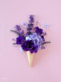 Lila Blumen und Blütenblätter in der Eiswaffel! Der neue Sommer Trend als Deko Idee. Ultra Violet Pantone Colour of the Year 2018 lila purple