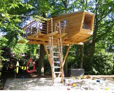 interesting support design with extended beams for swing etc. Simple Tree House, Modern Tree House, Backyard House, Backyard For Kids, Cozy Backyard, Backyard Ideas, Backyard Designs, Tree House Plans, Children's Tree House