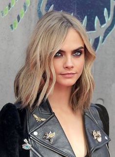 Model Cara Delevingne changed up her usual long bob for multi-colored boxer…