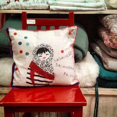 """Coussin """"babooshka ya-ya"""" dur chaise rouge laquée à Loumarin  @bouton de soie ♡♥♡ #Lespetiteskasko #deco #lespetiteskaskodeco #homedecor #coussin #cushion #poupeerusse #russiandoll  #matriochka #babooshkasalon #kidsdeco #cute #instacute #chair #marine #marin #stripes #yaya"""