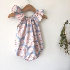 Baby meisjes Romper Sunsuits Playsuits Tilda Katoenweefsel (1/2 - 3 jaar) Deze mooie romper is voorzien van een elastische behuizing in de hals waardoor het gemakkelijk is te trekken in- en uitschakelen. U kunt een onverwachte knoop aan de onderkant van de romper hebben of gewoon
