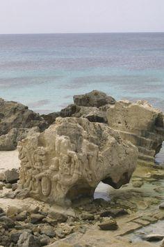 La roca blanda da pie a escultores ocasionales. Las Salinas. Ibiza. Islas Baleares. Spain.   [By Valentin Enrique].
