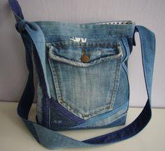 Džínová s krajkami SLEVA Autorská,originální kabelka je ušitá z džínoviny a bavlny, vyztužená sakonem, prošívaná, zdobená krajkami, knoflíky a funkční kapsou. Na bavlněné podšívce je našitá dvojitá kapsa ( jedna je na zip). Celá kabelka se zavírá magnetickým drukem. Rozměry - výška 30cm, šířka 29cm, dno 8cm. Nastavitelná délka ucha až na 140cm umožní více ...
