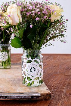 Zo schattig deze potjes decoreren met een gehaakte rozet. Het is echt een recycling diy. Wie heeft er thuis niet nog potjes van groenten of van jam staan. Diy Home Furniture, Furniture Design, Diy Home Accessories, Diy Home Decor On A Budget, Diys, Glass Vase, Design Inspiration, Make It Yourself, Antiques