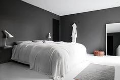 Minimalist, black and white bedroom. Decoración serena, minimalista y muy elegante