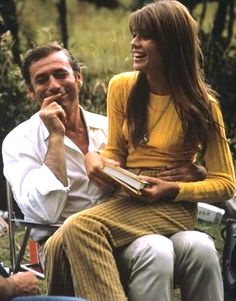 Françoise Hardy and Yves Montand - j'adore le total look moutarde, velours et laine