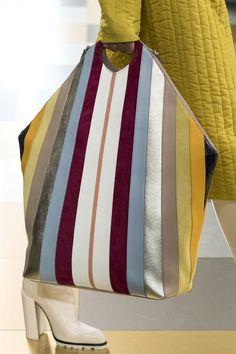 Denim Handbags, Purses And Handbags, Leather Handbags, Hobo Purses, Trolley Bags, Diy Handbag, Art Bag, Creation Couture, Craft Bags