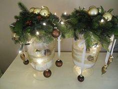 Bekijk de foto van Vreedespaleis met als titel Kerst - 2 grote windlichten gevuld met voile en kerstballen en bovenop een krans met wat ballen en lichtjes. Wat gouddraad om het windlicht...  Mooie sfeer in een handomdraai! en andere inspirerende plaatjes op Welke.nl.