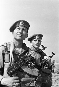 A história dos uniformes militares russos Soviet Army, Soviet Union, Spetsnaz Gru, Army Police, Warsaw Pact, Ww2 Photos, Afghanistan War, Military Guns, Red Army