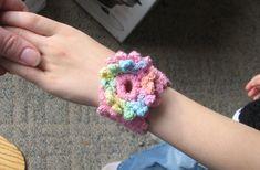 Girl's flower cuff bracelet: free pattern