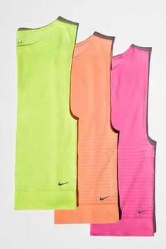 A relaxed fit that's wild with color. The Nike Dri-FIT Knit Sleeveless Shirt is loose, stretchy and easy to layer.