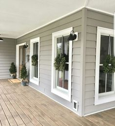 Awesome 65 Rustic Farmhouse Porch Decorating Ideas https://livinking.com/2017/09/15/65-rustic-farmhouse-porch-decorating-ideas/