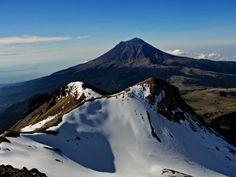 Las rodillas. Primera y segunda rodilla de Iztaccíhuatl, al fondo el Popocatépetl. Fotografía tomada desde el Monte de Venus. Iztaccíhuatl, México 13-octubre-2013