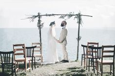 rustic ceremony arch and mismatched chair http://weddingwonderland.it/2015/05/cerimonia-all-aperto.html