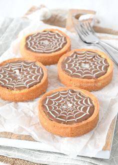 deze mini caramel shortbread taartjes met spinnenweb patroon zijn het perfecte gebakje voor Halloween. Waarschijnlijk ook de lekkerste.