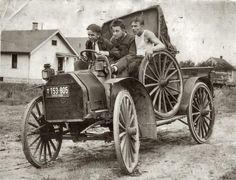 Intensas Fotos Históricas             1924: Amigos em Ohio, nos Estados Unidos, passeando no carro novo.