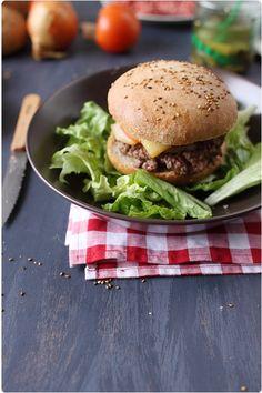 Le fromage à raclette n'est pas réservé qu'aux raclettes. On peut également l'utiliser pour des croque-monsieur, mais aussi dans des hamburgers comme ici. Bbq Burger, Steak Au Poivre, Paninis, Bagels, Salmon Burgers, Bricks, Comme, Sandwiches, Tacos