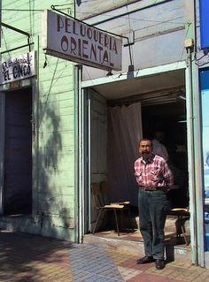 El legendario Juan Kubota, fotografiado en su peluquería en Abril de 2008.