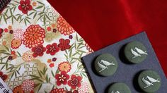 Mix n°34 Red velvet, Chinese flowers, Green birds button