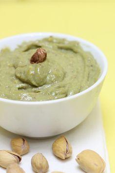 La crema al pistacchio è una semplice farcia profumata al pistacchio ideale per farcire torte e piccoli mignon.