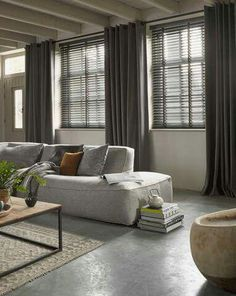 Venetian blinds and linen curtains Home Living Room, Curtains Living Room, Home, Room Interior, Living Room Decor, House Interior, Home Deco, Interior Design, Home And Living